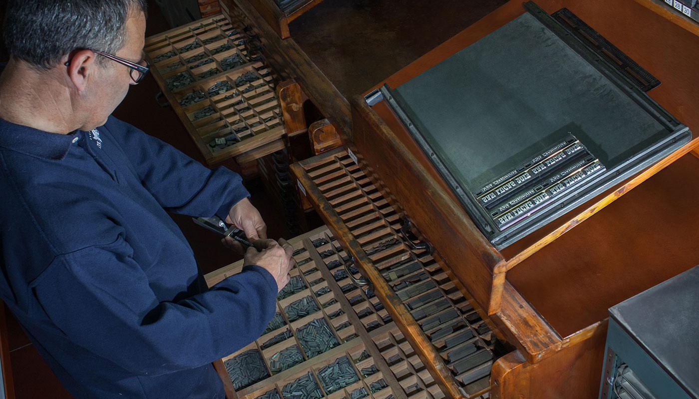 Realización de artesanas impresiones tipográficas
